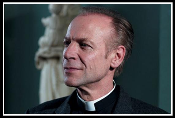 Le Père Bosco (Thierry Gimenez), nouveau directeur du séminaire dans la saison 2 d'Ainsi soient-ils